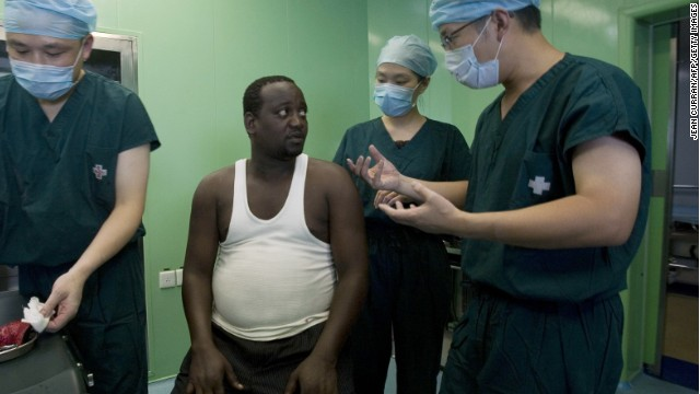 A Chinese surgical team speaks with a Kenyan patient who was treated on a Chinese hospital ship during a 2010 goodwill tour. Photo: Forum on China-Africa Co-operation