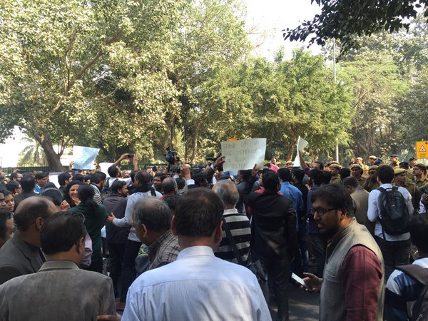 protest march from press club to Supreme Court against attack on journalists at the courts yesterday pic.twitter.com/GGMyoilOpo — Maya Mirchandani (@maya206) February 16, 2016